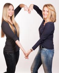Mutter und Tochter formen Herz