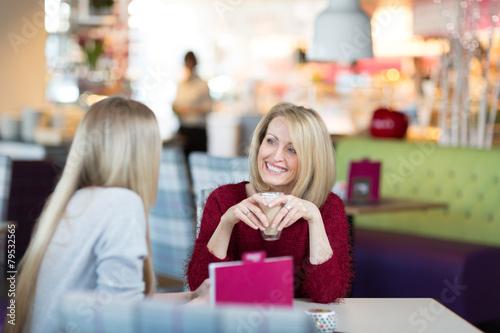 Mutter und Tochter trinken Kaffee zusammen - 79532565