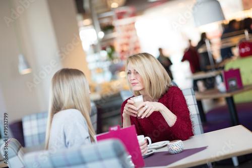 Mutter und Tochter trinken Kaffee zusammen - 79532799