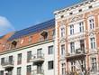 Leinwanddruck Bild - Altbau mit Solardach Berlin