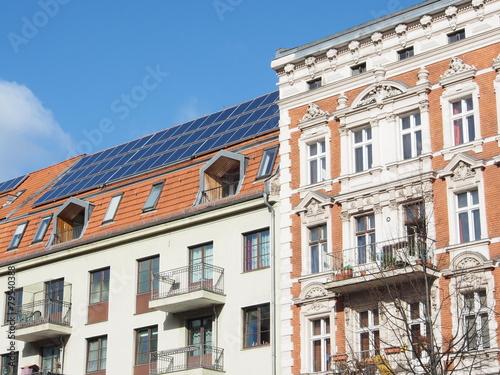 Leinwanddruck Bild Altbau mit Solardach Berlin