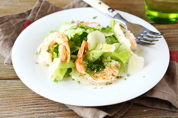 Salad with shrimps, lettuce and slices of parmesan