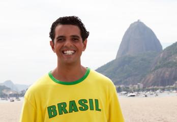 Portrait eines brasilianischen Fans vor dem Zuckerhut