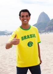 Brasilianischer Fan vor dem Zuckerhut zeigt den Daumen