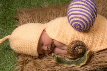 bébé habillé en escargot
