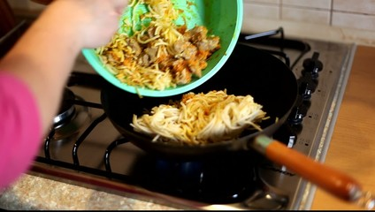 In a frying pan fried noodles. HD video