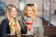 Leinwandbild Motiv Mutter und Tochter essen zusammen Eis
