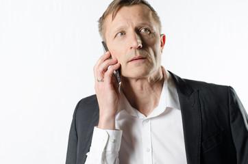 Mann telefoniert konzentriert
