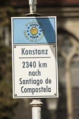 Distanztafel des Jakobweges beim Münster in Konstanz