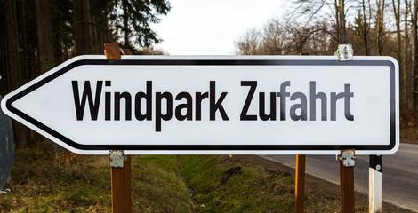 Windpark Zufahrt Schild in weiß schwarz