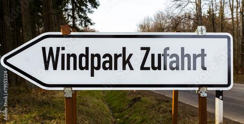 Windpark Zufahrt Schild in weiß schwarz - 79553324