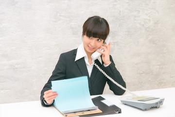 ビジネスシーン 若い女性 電話対応