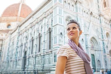 Young woman in front of cattedrale di santa maria del fiore