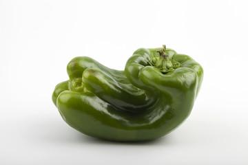 pimiento verde sobre fondo blanco
