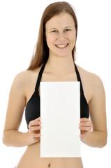 Frau in Bikini hält Flyer mit Textfreiraum