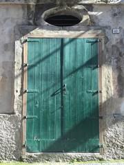 Porta verde in legno antica