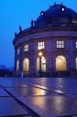 bode museum auf der museumsinsel in berlin bei nacht