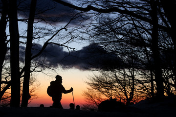 ciaspole al tramonto sulla neve