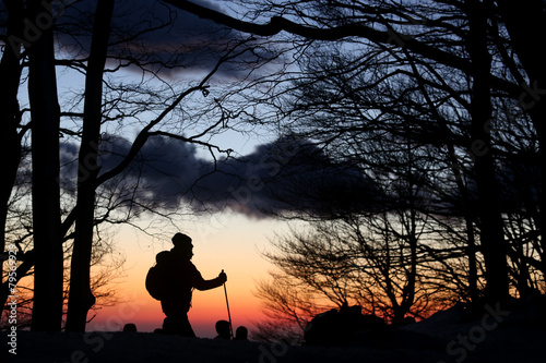 Fotobehang Alpinisme ciaspole al tramonto sulla neve