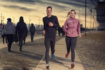 Aktives junges Paar beim Jogging