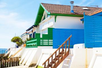 maison colorée du village de l'herbe bassin arcachon