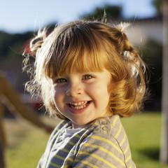 Retrato de niña pelirroja sonriendo