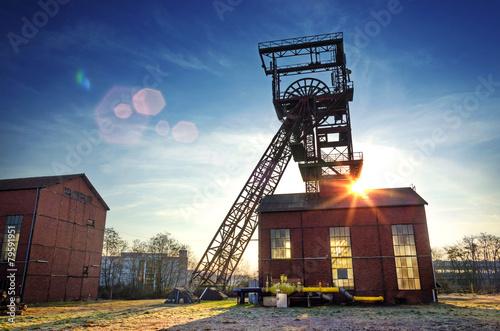 Leinwanddruck Bild Saarbrücken-Burbach, Saarland – Alter Förderturm im Gegenlicht