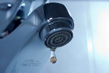 Tropfender Wasserhahn mit Münze