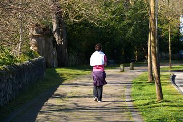 mujer caminando por un paseo en comillas