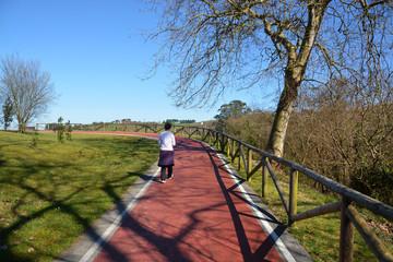 mujer caminando por el parque natural de oyambre