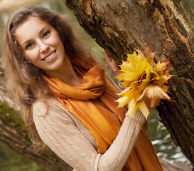 young smiling woman  in autumn park