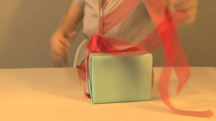 TIME LAPSE WRAPPING AND GIVING PRESENT