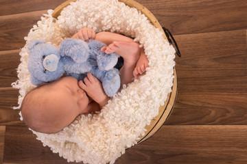 bébé dans un baquet en bois