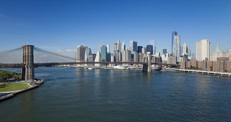 The New York Downtown w Brooklyn Bridge and Brooklyn park