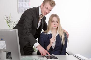 Kollege bedrängt Mitarbeiterin