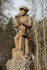 Holzskulptur eines Waldarbeiters, Schweiz