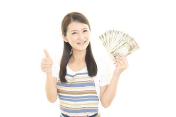 紙幣を持つ笑顔の主婦