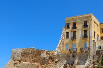 Alte Gebäude im Hafen von Chania
