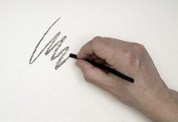 Hand zeichnet mit Zeichenkohle