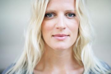 hübsche, blonde Frau