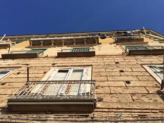 Casa vecchia pietre balconi finestre