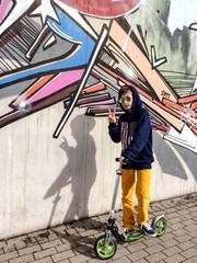 cooler Junge vor Graffiti Wand