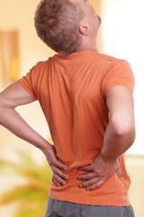 Mann hat Probleme mit dem Rücken