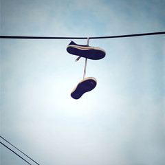 chaussures de sport attachées à un fil électrique