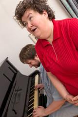 Geistig behinderte Frau singt zum Klavier