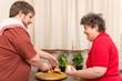 Geistig behinderte Frau und Mann kochen gemeinsam