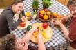 Gruppe mit geistig behinderten Frau am gemeinsamen Kochen