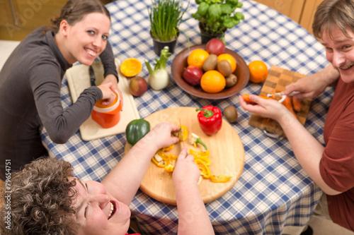 Leinwandbild Motiv Gruppe mit geistig behinderten Frau am gemeinsamen Kochen