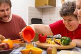 Fototapety Geistig behinderte Frau mit Betreuern am Tisch mit viel Gemüse