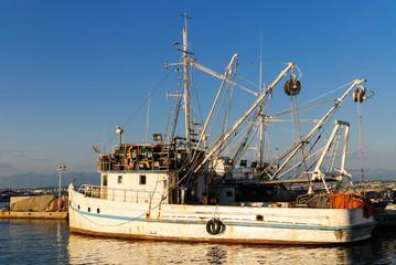 Fischerboot im Hafen von Kali auf Pasman